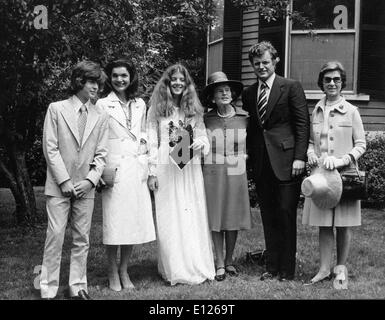 27. Dezember 2006; Hyannis, MA, USA; (LtoR) JOHN JR > JACKIE, CAROLINE, unbekannt). Die Kennedy-Familie ist eine - Stockfoto