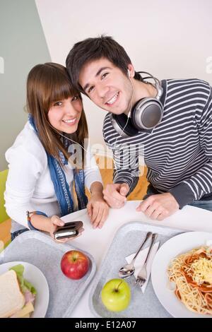 17. April 2010 - brechen 17. April 2010 - Mensa - glückliche Jugendliche zu Mittag - Stockfoto