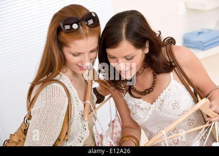 5. Juni 2010 - 5. Juni 2010 - Fashion einkaufen - zwei glückliche junge Frau wählen Sie Kleidung im Shop Ã'Â © CTK/ZUMAPRES - Stockfoto