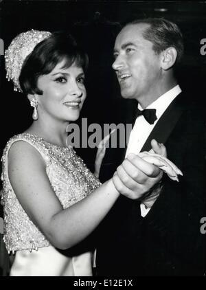 15. Dezember 2011 - Rom, Gana 1966. Italienische Filmstar Gina Lollobrigida und ihr Ehemann Dr. Mike Skofic, haben - Stockfoto