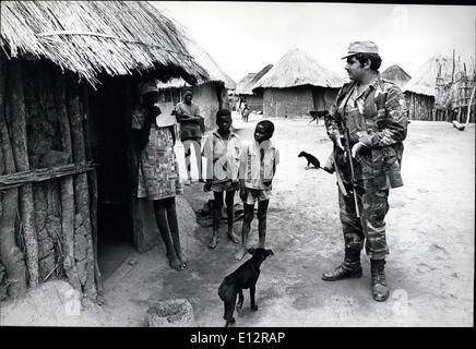 """24. Februar 2012 - Rhodesien: Ein weißer Südafrikaner, trat die Rhodesian Armee patrouilliert freiwillig eine """"geschützte - Stockfoto"""