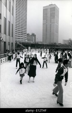 25. Februar 2012 - Eislaufen und Wolkenkratzer Tokios. Eine große Plaza trennt eine Gruppe von Wolkenkratzern in - Stockfoto