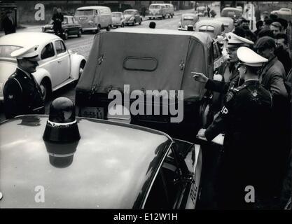 25. Februar 2012 - hielt amerikanische Militärpolizei russischen Wagen in West-Berlin. Heute am Nachmittag gestoppt - Stockfoto