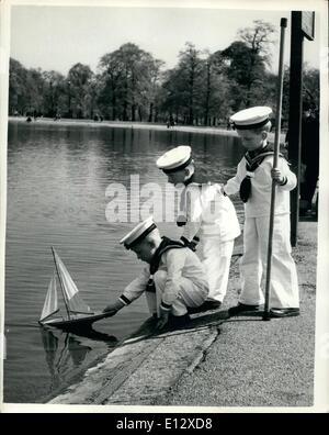26. Februar 2012 - sind wieder in Mode Prinz Charles Outfits Sailor Anzüge für Kinder und Jugendliche. In Kensington: - Stockfoto