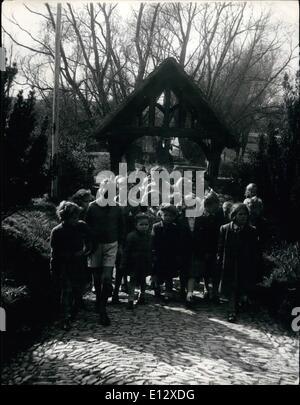 26. Februar 2012 - The Churchyard Pfad Echos zu den Klängen von Kinder Füße.: Sonntag Nachmittag bringt eine glückliche - Stockfoto