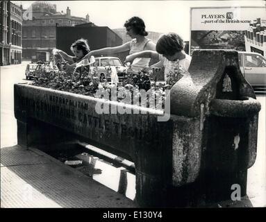 26. Februar 2012 - jetzt Its The Blumen, Get A Drink: Ein Relikt aus der Vergangenheit - ein Trinkbrunnen und Vieh - Stockfoto