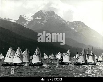 26. Februar 2012 - weiße Segel in den Bergen: mit einem schönen Hintergrund die Berge der Schweiz Silverplanasse, - Stockfoto