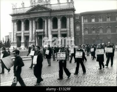 26. Februar 2012 - marschierten mehrere römisch-katholisch Priester in klerikalen Gewand zu St. Peter sq, eine geplante - Stockfoto