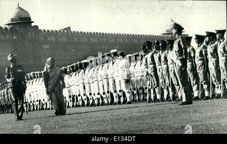 26. Februar 2012 - Premierministerin Frau Indira Gandhi Inspektion der Ehrengarde kurz vor unfurling indische Nationalflagge - Stockfoto