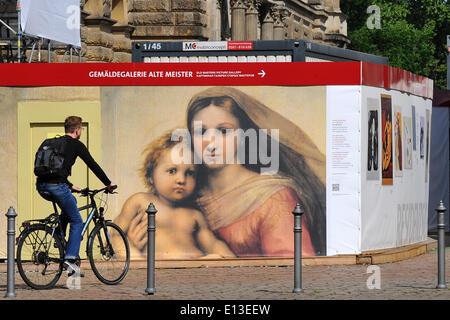 Dresden, Deutschland. 21. Mai 2014. Ein Mann Zyklen vorbei ein Bild von der Sixtinischen Madonna aus der Galerie - Stockfoto
