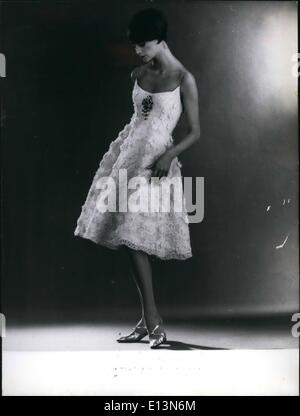 22. März 2012 - spätestens in Paris Mode. Das Foto zeigt '' Mathilde'' kurze Spitze Abendkleid von Jeanne Lanvin - Stockfoto