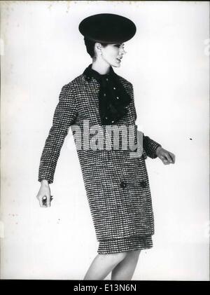 22. März 2012 - spätestens in Mode. Das Foto zeigt ein Tweed-Ensemble Kleid und Mantel Marineblau und weiß, entworfen - Stockfoto