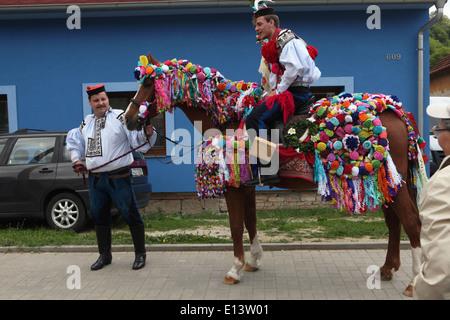 Der Ritt der Könige. Traditionelle Folklore-Festival in Vlcnov, Tschechische Republik. Junger Mann ausführen der - Stockfoto