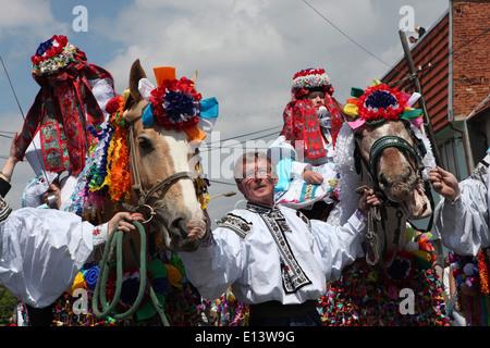 Der Ritt der Könige. Traditionelle Folklore-Festival in Vlcnov, Tschechische Republik. Der junge König reitet gefolgt - Stockfoto