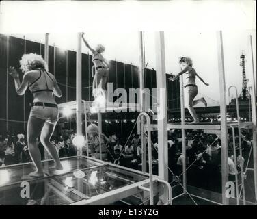 27. März 2012 - '' Go-Go '' auf Glas für Dach Biertrinker in Tokio: Mädchen tanzen auf erhöhten Paltforms mit Glasplatte - Stockfoto