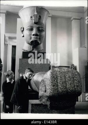 4. April 2012 - Young Ägyptologen: König Thothmes III der Dynastie XIII kann noch Befehlen, Aufmerksamkeit und Facinate. - Stockfoto