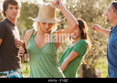 Frau tanzt im freien - Stockfoto