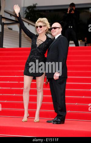 """Cannes, Frankreich. 21. Mai 2014. Sharon Stone und Gast, die Teilnahme an der """"The Search"""" premiere auf der 67. - Stockfoto"""