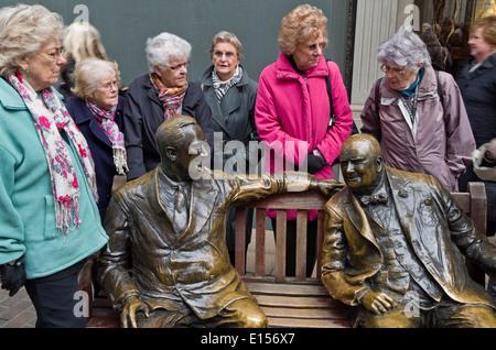 """Eine Gruppe von älteren Damen sammeln sich um die """"Verbündeten"""" Skulptur, Bond Street, London - Stockfoto"""
