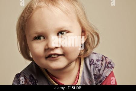 2-3 Jahre altes Mädchen Spaß