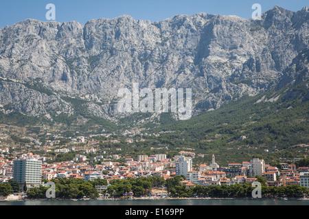 Stadt von Makarska, beliebte touristische Zentrum befindet sich in Makarska Riviera zwischen Biokovo-Gebirge und - Stockfoto