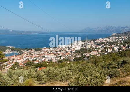 Fernblick auf die Stadt Makarska, beliebte touristische Resort befindet sich zwischen dem Biokovo-Gebirge und Adria - Stockfoto