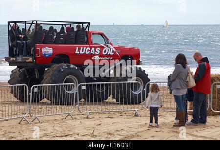 Leute genießen Sie eine Fahrt mit einem Monster Truck am ersten Tag des ersten Bournemouth Räder Festival im Mai, - Stockfoto