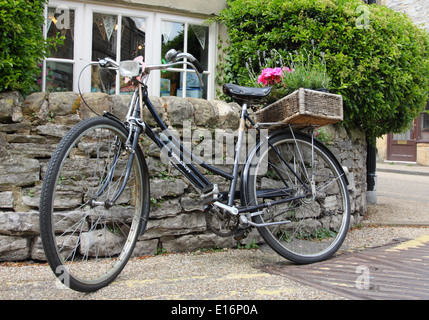 Vintage Raleigh Fahrrad geparkt in der Straße außerhalb Bloomers Bakewell Pudding Shop, Bakewell Peak District, - Stockfoto