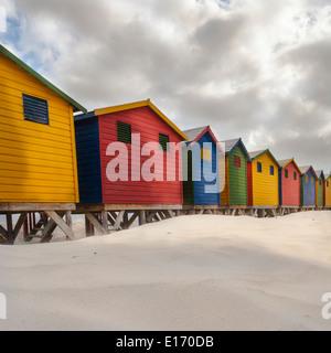Bunte viktorianische Badehäuschen am Muizenberg Beach, False Bay, in der Nähe von Kapstadt - Stockfoto