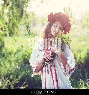 Emotionale Porträt ukrainische Frau mit Blumenstrauß - Stockfoto