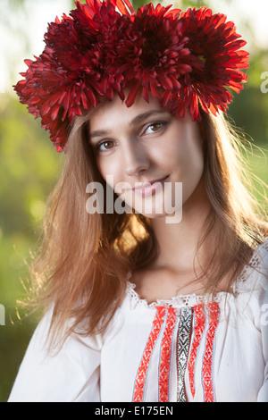 Close-up Portrait von ukrainischen Mädchen in traditioneller Tracht - Stockfoto