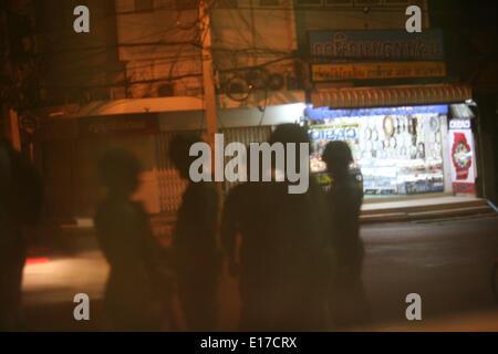 Chiang Mai, Thailand. 25. Mai 2014. Thailändische Soldaten Wache nachts an einem militärischen Kontrollpunkt im - Stockfoto