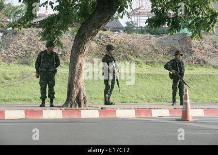 Chiang Mai, Thailand. 25. Mai 2014. Thailändische Soldaten Wache an einem militärischen Kontrollpunkt im Herzen - Stockfoto