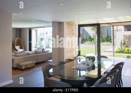 Luxus Esszimmer offen, sonnige Terrasse - Stockfoto