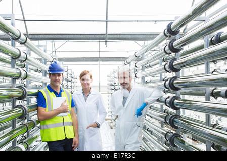 Porträt von zuversichtlich Wissenschaftler und Ingenieur im Gewächshaus - Stockfoto