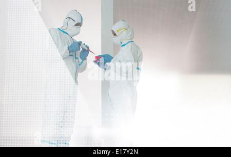 Wissenschaftler in sauberen passt arbeiten im Labor - Stockfoto