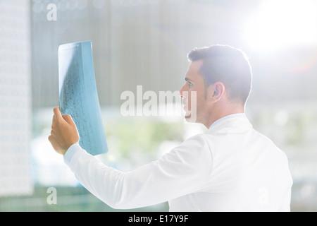 Arzt Untersuchung Röntgen im Krankenhaus - Stockfoto