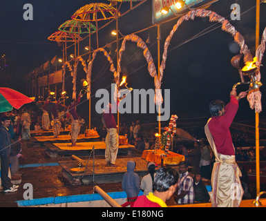 Ganga Fluß, der Ganges, Ghats, Abend Aarti Begrüßungen zum Fluss, Öllampen, Glocken, Gesänge, Varanasi, Benares, - Stockfoto