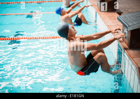 Schwimmer im Startblock im Pool bereit - Stockfoto