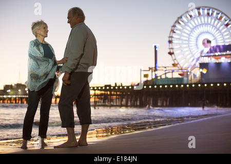 Älteres Paar am Strand in der Nacht - Stockfoto