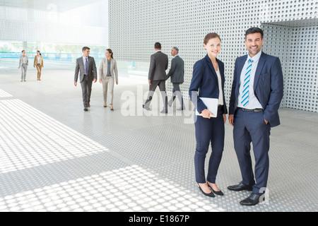 Porträt von Geschäftsleuten vor modernen Gebäude - Stockfoto