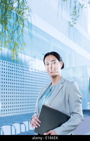 Porträt von zuversichtlich Geschäftsfrau im freien - Stockfoto