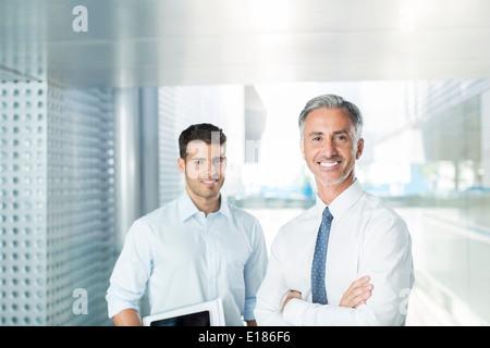 Porträt von zuversichtlich Geschäftsleute im Büro - Stockfoto