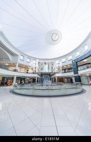 Innere der Deira City Centre in Dubai. Es ist ein 3 Stock-Shopping-Mall, 27. August 1995 eröffnet. - Stockfoto