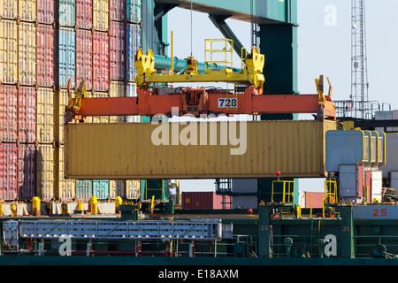 Hafen-Kran heben einen See-Container in ein Frachtschiff - Stockfoto