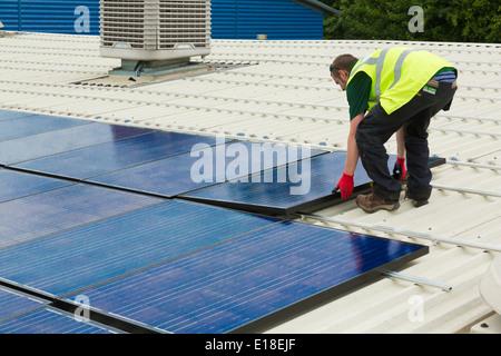 Photovoltaik-Solarzellen auf dem Dach installiert wird - Stockfoto