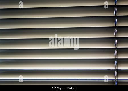 Zum Schutz Gegen Hitze Und Sonne Werden ein Einem Fenster Jalousien Angebracht. - Stockfoto