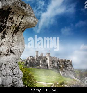 Ruinen einer Burg, Ogrodzieniec Befestigungsanlagen, Polen. - Stockfoto