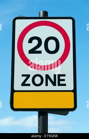 20 km/h Höchstgeschwindigkeit Zone Schild, England, UK - Stockfoto