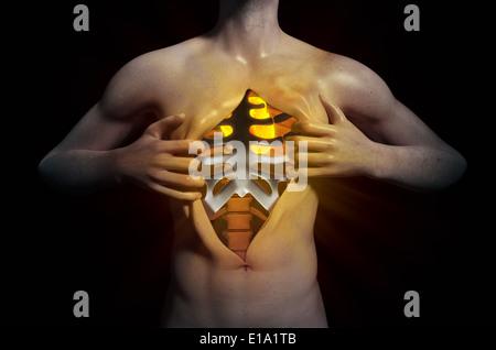 Mann seine Brust aufreißen um eine glühende Herz offenbaren - Stockfoto